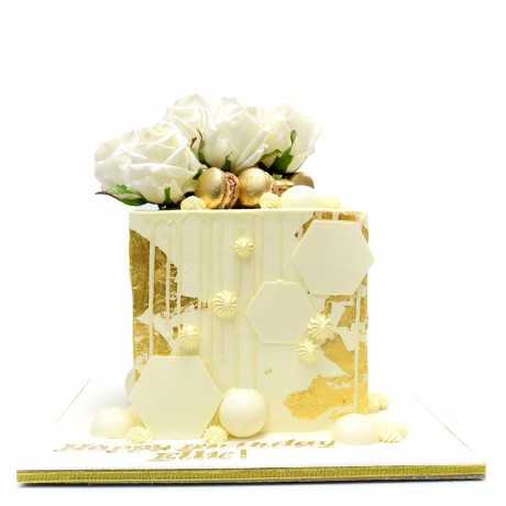 modern cube cake with gold macarons and flowers 7