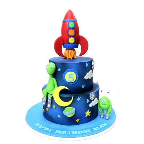 Spaceship and aliens outer space cake