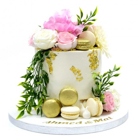 gold macarons and white roses cake 6
