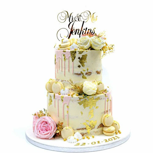 Naked cake with roses and macarons