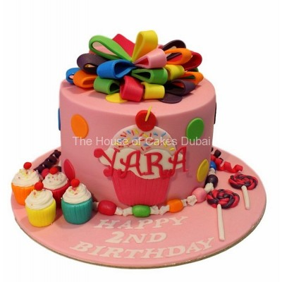 Ribbon, cupcakes and lollipops cake